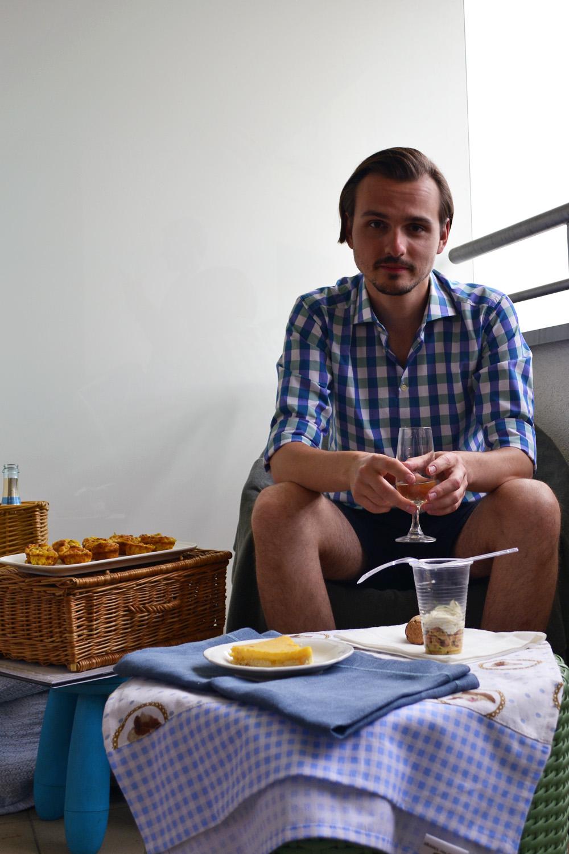 Kacper przyzwyczaja się do myśli spędzenia pikniku na balkonie