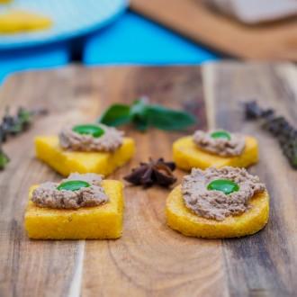 Grillowana, serowa polenta z foie gras i kropką miętowej emulsji